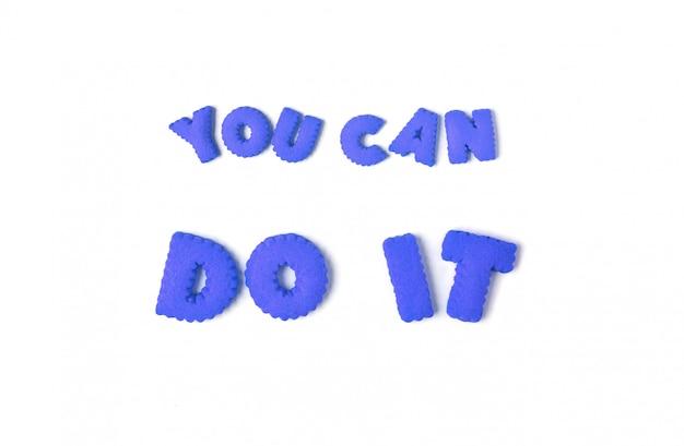당신이 그것을 할 수있는 단어는 흰색 배경에 파란색 알파벳 쿠키로 철자