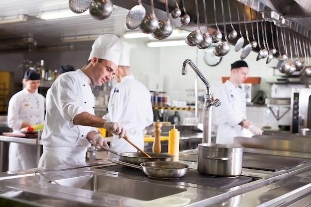 レストランのキッチンで料理人の仕事。