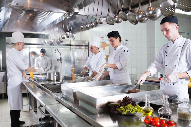 Работа повара на кухне ресторана.