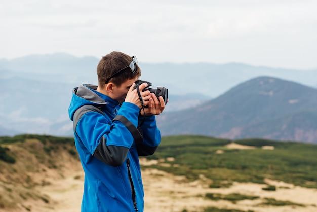 山脈を背景にした写真家の作品。