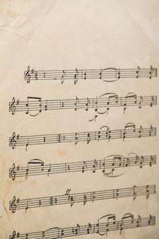 Произведение узбекского народного композитора винтажный лист бумаги с рукописными нотами.