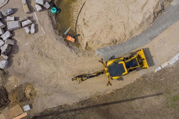 土工工事の生産における掘削機設備の建設中の作業