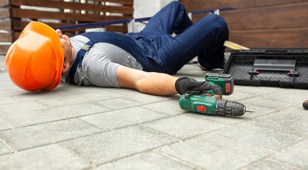 근로자가 집 근처에서 일하다가 사다리에서 떨어졌다