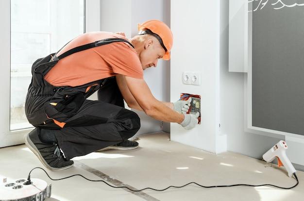 作業者はledバックライトの電源を設置して接続します。