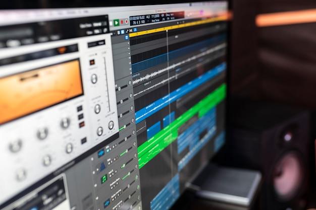 新しい音楽を作成するためのコンピューターdjまたはソングライターのプログラムを備えたレコーディングスタジオの職場。