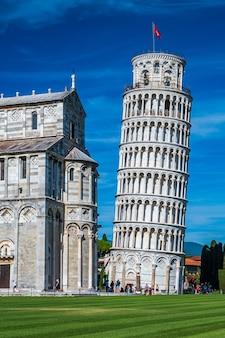 Всемирно известная падающая башня на площади пьяцца деи мираколи в пизе, один из объектов всемирного наследия юнеско.
