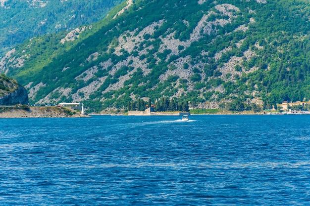 ヨットは、コトル湾の美しいセントジョージ島の近くを航行します。