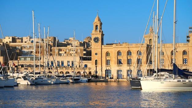 요트와 보트는 몰타 해양 박물관 앞에 정박 해 있습니다. 비트 토리 오사, 몰타