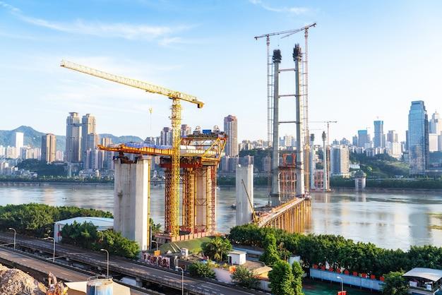Строящийся мост через реку янцзы в байцзюси