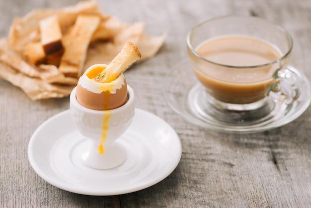 ゆで卵からトーストに卵黄が流れる
