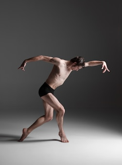 젊은 매력적인 현대 발레 댄서
