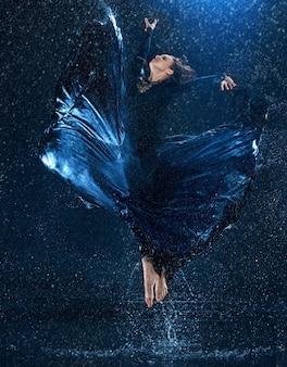 물 방울에서 춤추는 젊은 아름 다운 현대 댄서