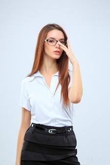 Молодая деловая женщина на сером