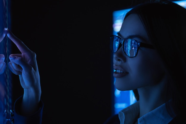 젊은 비즈니스 우먼 터치 센서 표면
