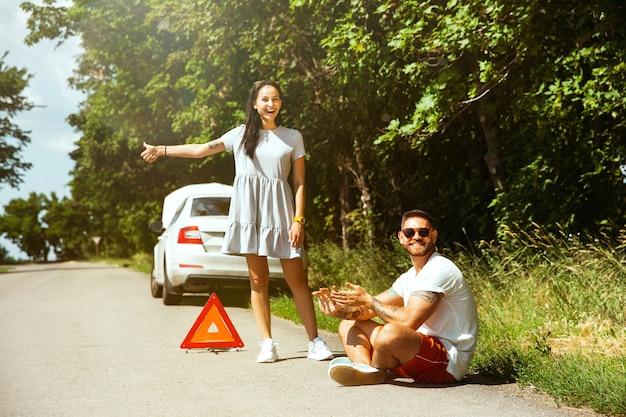 若いカップルは休憩の途中で車を壊した