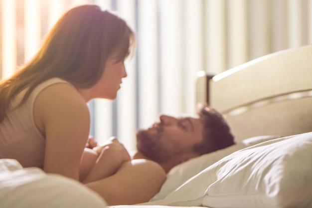 Молодая пара занимается сексом в постели
