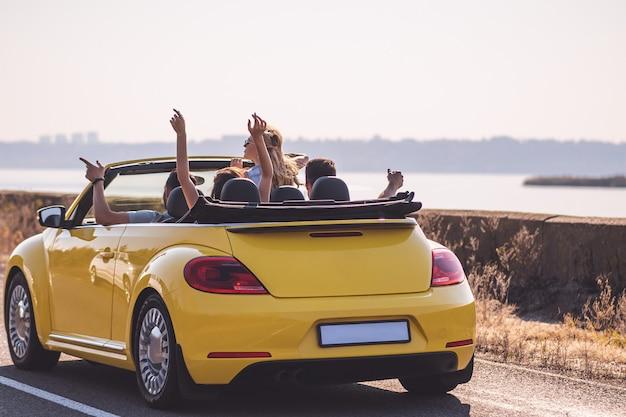 카브리올레로 여행하는 젊은 부부