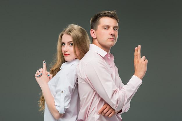 Молодая пара с разными эмоциями во время конфликта