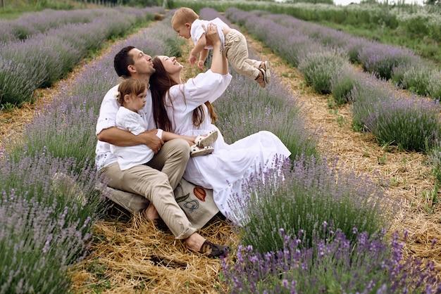 젊은 가족은 도시 소음에서 휴식을 취하기 위해 라벤더 밭에 왔습니다.