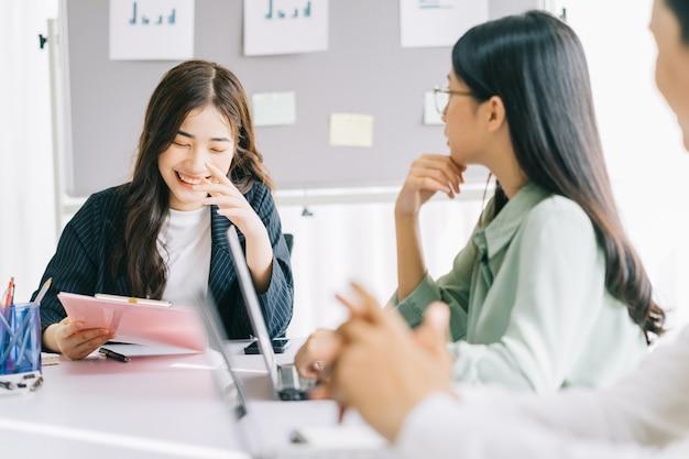 若い女性監督が会議を指揮している