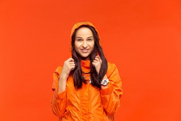 레드에 고립 된 가을 재킷에 포즈 어린 소녀