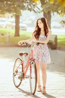 공원에서 자전거와 어린 소녀