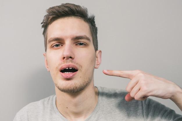Молодой парень изображает разные эмоции
