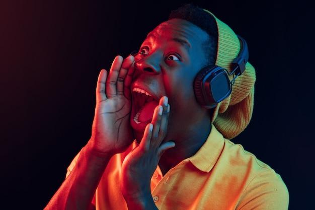 Молодой красивый счастливый битник человек слушает музыку