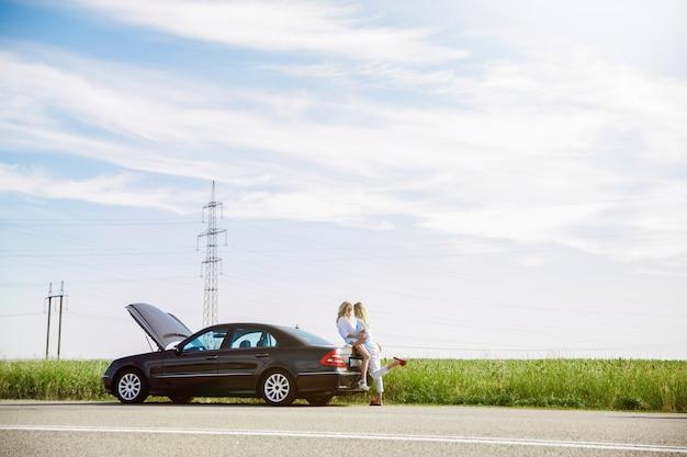 若いレズビアンのカップルは、休憩の途中で車を壊しました