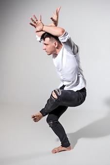 灰色の上で踊る若い男