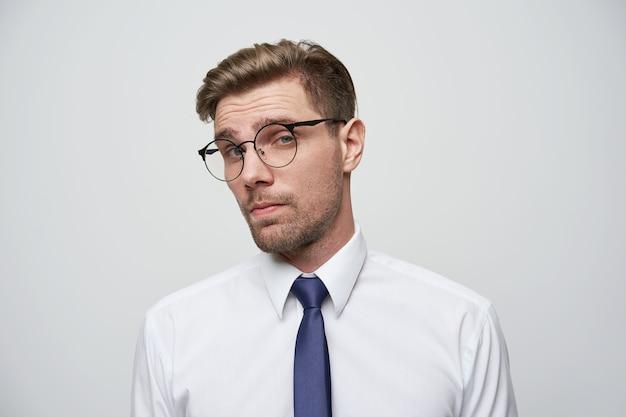 Молодой человек смотрит через очки