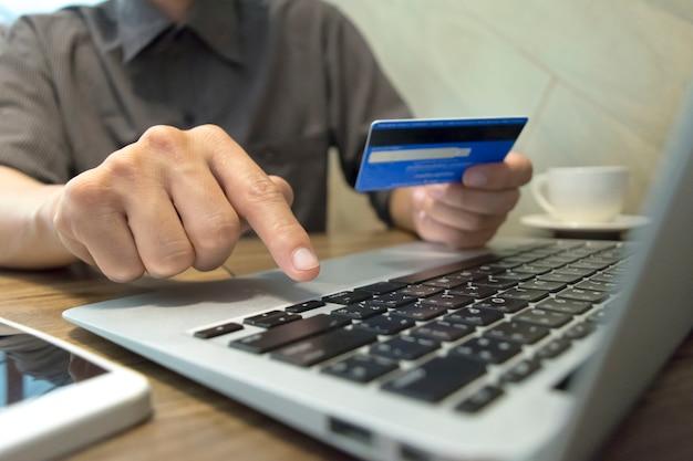 청년은 신용 카드를 결제 수단으로 사용하여 온라인으로 구매했습니다.