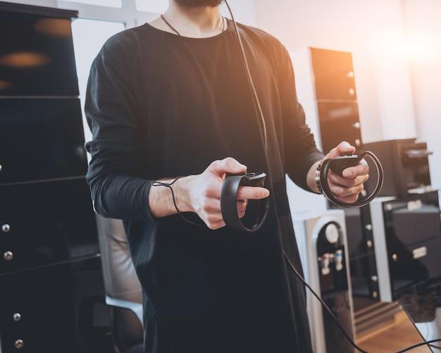 Молодой человек играет в игру в офисе.