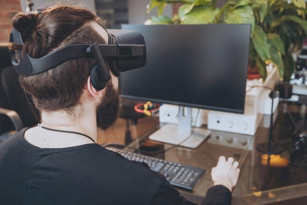 Молодой человек в очках виртуальной реальности