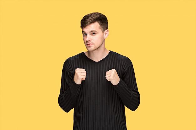 Молодой человек с поднятым кулаком