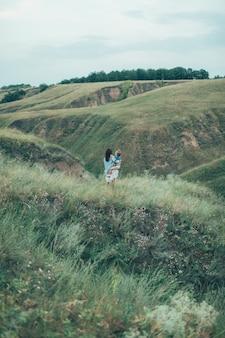 緑の芝生スペースで若い母と娘