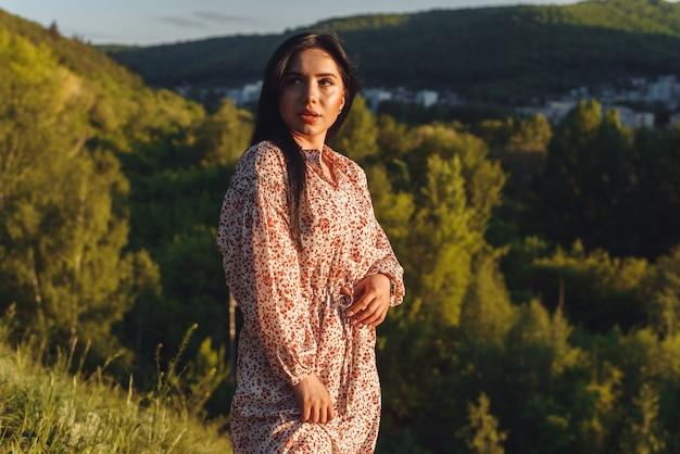 Молодая женщина на холме