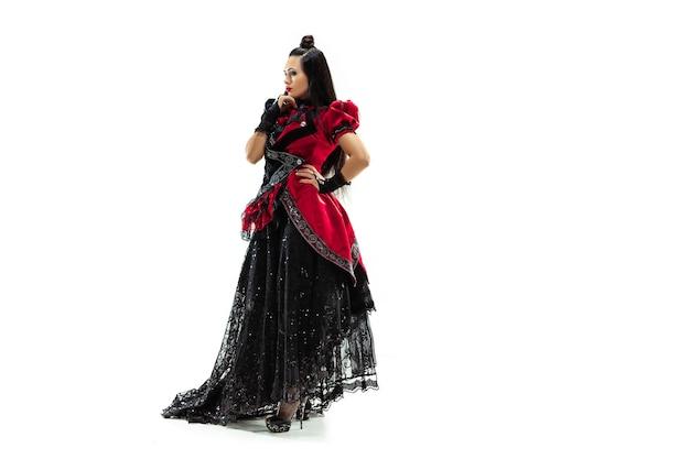 スタジオでマーキスを装った中世風の服を着た若い女性。ファンタジー、アンティーク、ルネッサンスのコンセプト