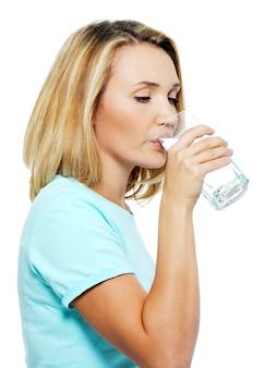 若い女性は水を飲む