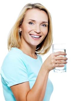 젊은 여자는 물 잔을 보유