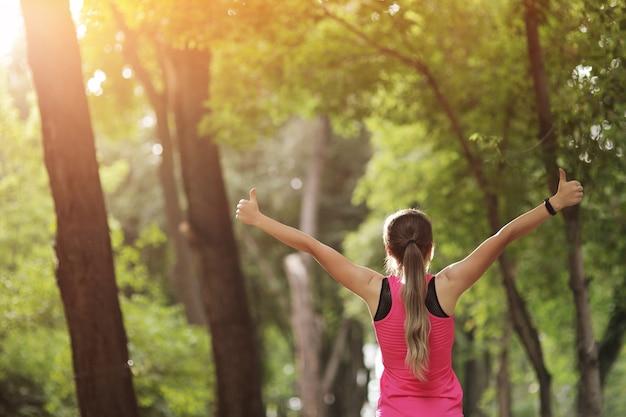 젊은 여자는 자연 숲에서 스포츠 피트니스에 종사