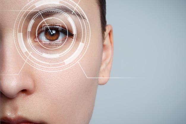 젊은 여자의 눈은 클로즈업입니다. 새로운 기술의 개념은 홍채 인식입니다.