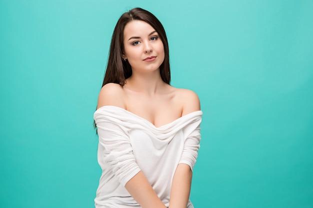 Портрет молодой женщины со счастливыми эмоциями