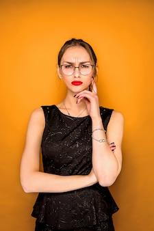 警戒心のある若い女性の肖像画