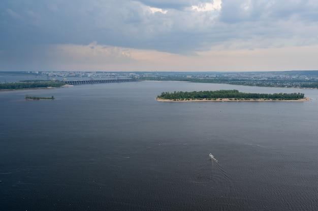 Zhiguli水力発電所またはzhigulyovskaya水力発電所。以前はkuybyshev水力発電所として知られていました。ヴォルガ川。サマラスカヤルカ。