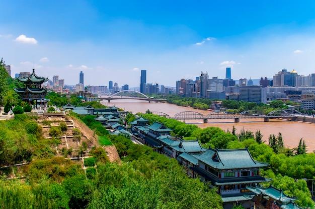 Мост чжуншань в ланьчжоу (китай) в солнечный полдень, первый металлический мост в китае вдоль желтой реки.