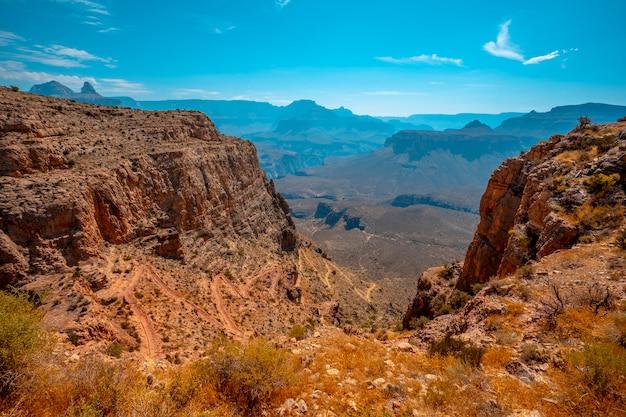 南カイバブトレイルヘッドトレッキング降下のジグザグ。アリゾナ州グランドキャニオン