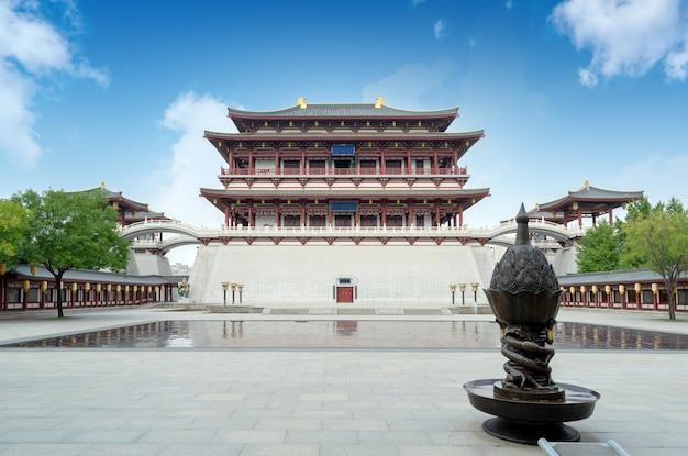Ziyun tower는 서기 727년에 지어졌으며 중국 시안의 datang furong garden의 본관입니다.번역: