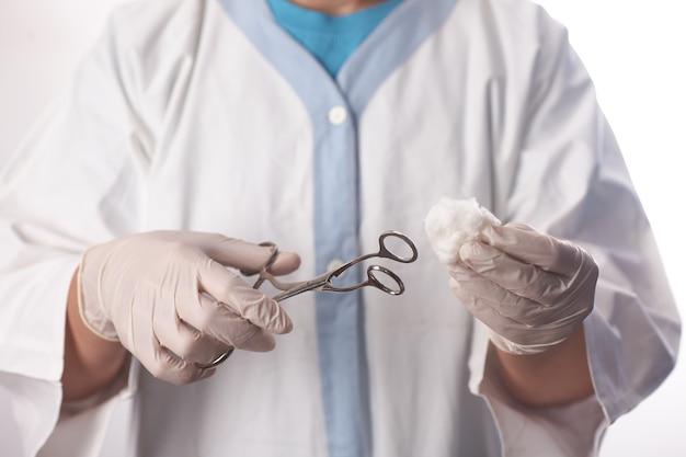 外科医のために綿棒を準備する劇場助手