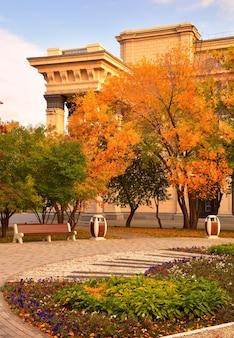 가을의 극장 광장 오페라와 발레 극장 정원 광장의 건물